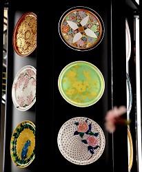 AEON MALL新小松商场内的九谷烧花碟装饰