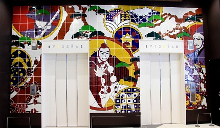 AEON MALL新小松商場內的電梯牆面用九谷燒陶板浮雕作裝飾