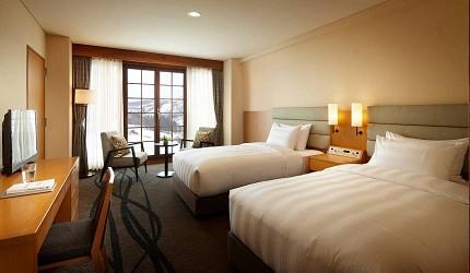 日本新潟「樂天新井度假村」(ロッテアライリゾート)的住宿棟的高級雙床房