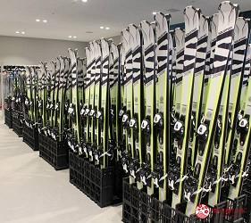日本新潟「樂天新井度假村」(ロッテアライリゾート)的滑雪用具租借處的滑雪板