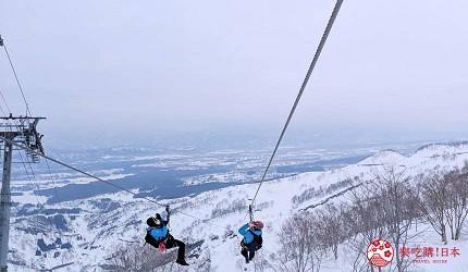 日本新潟「樂天新井度假村」(ロッテアライリゾート)的冬天950公尺高空中的絕景滑索