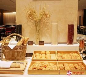 日本新潟「樂天新井度假村」(ロッテアライリゾート)的西式自助餐「The Plate」的麵包區