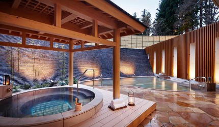 日本新潟「樂天新井度假村」(ロッテアライリゾート)的女湯的露天溫泉