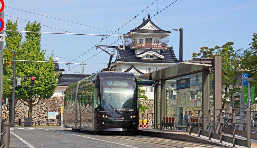 在富山市中多个观光热点中穿梭的有轨电车中应用的CENTRAM9003车型