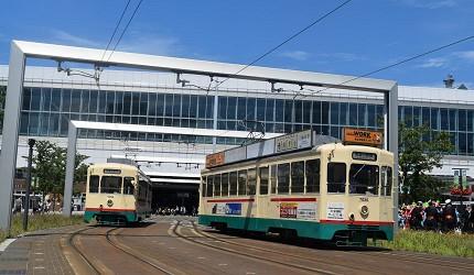 在富山市中多个观光热点中穿梭的有轨电车中应用的7000车型