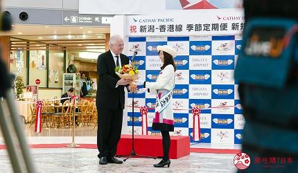國泰港龍航空正式推出香港直飛日本新潟航線在機場的記者會上來賓接收花束